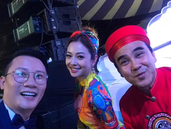 Hoàng Bách, Quyền Linh và Jennifer Phạm vui mừng trước chiến thắng của tuyển Việt Nam.
