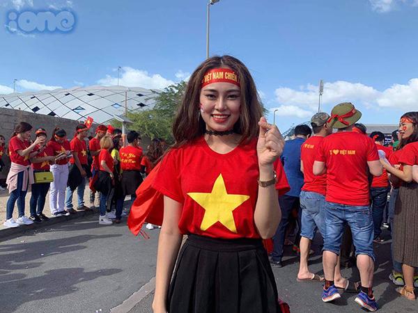 Nhiều người hâm mộ mặc áo cờ đỏ sao vàng đến trực tiếp để cổ vũ cho tuyển Việt Nam.