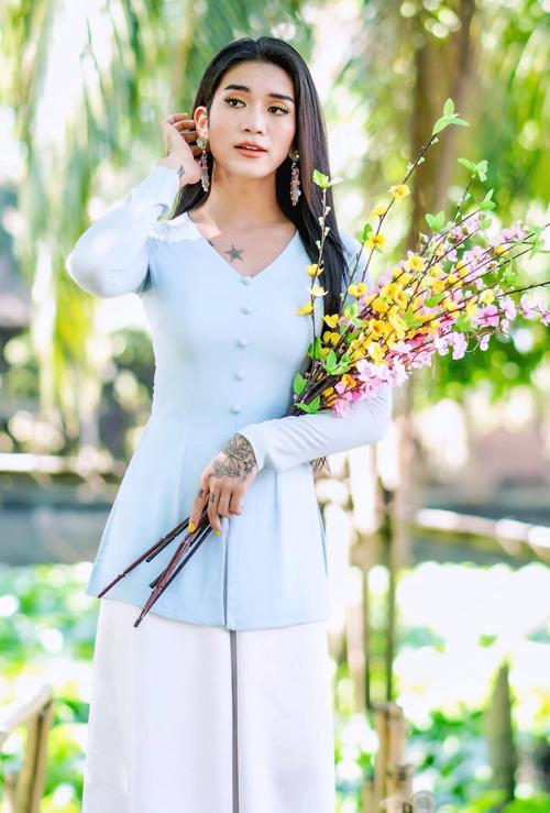 BB Trần diện áo bà ba dịu dàng nhưng trang điểm rất sắc sảo.