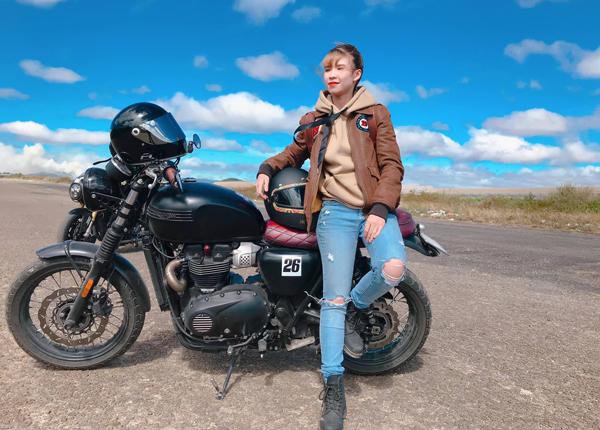 Khởi My cực ngầu bên chiếc mô tô của ông xã Kelvin Khánh.