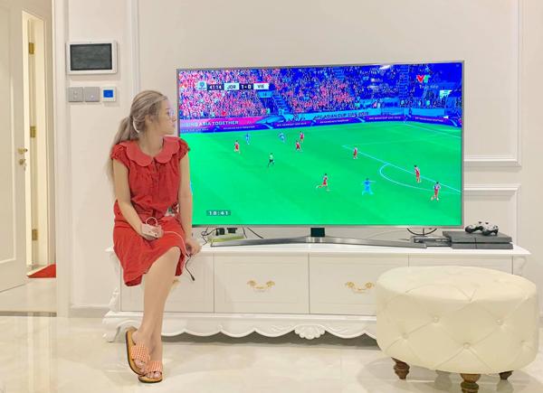 Hoàng Yến Chibi hồi hộp theo dõi trận đấu giữa Việt Nam và Jordan.