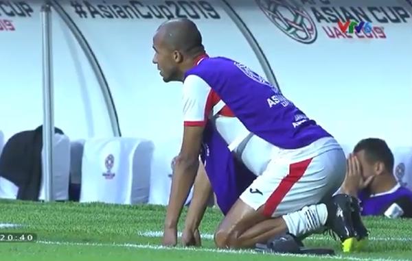 Cầu thủJordan gục ngã trên sân cỏ nhìn Việt Nam vào tứ kết - 2