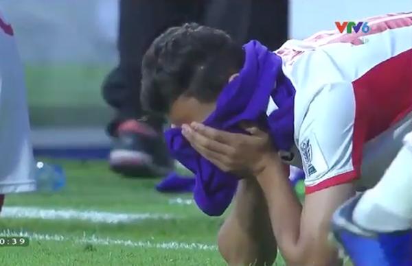 Cầu thủJordan gục ngã trên sân cỏ nhìn Việt Nam vào tứ kết - 1
