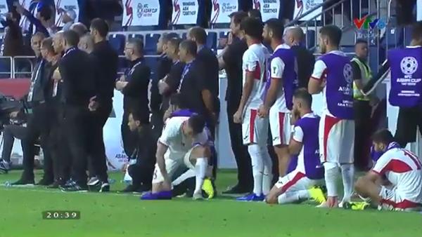 Cầu thủJordan gục ngã trên sân cỏ nhìn Việt Nam vào tứ kết
