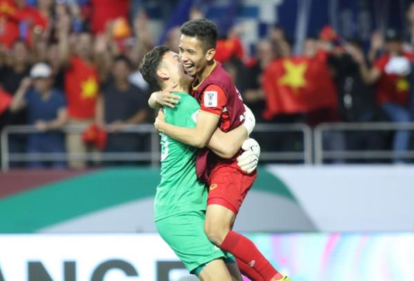 Văn Lâm ăn mừng chiến thắng cùng Hồng Duy. Ảnh: Anh Khoa.