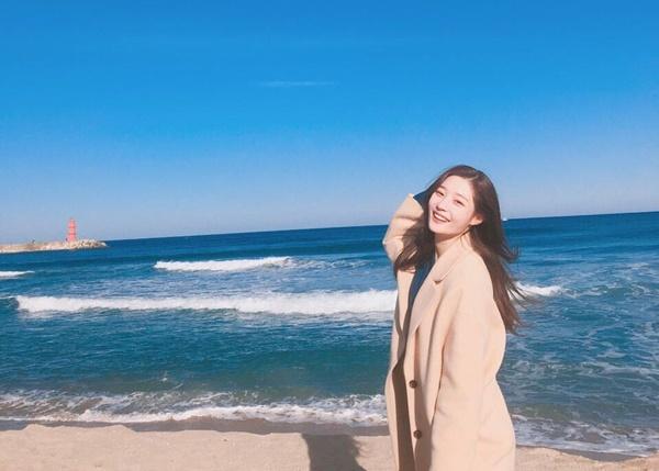 Chae Yeon (DIA) cười xinh như thiên thần dưới nắng vàng, biển xanh.