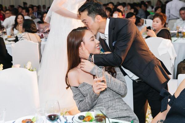 Khoảnh khắc Cường Đô la hôn lên trán của Đàm Thu Trang trong đám cưới một người bạn được chia sẻ nhiều trên mạng xã hội. Mối tình của họ được khen là ngọt ngào mà đầy bình yên, không cần phô trương.