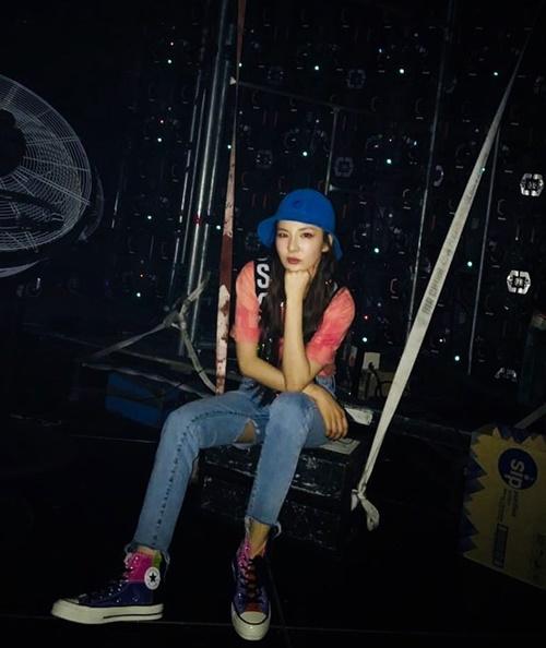 Dara mặc quần rách tập luyện cho concert solo của Seung Ri ở Philippines.