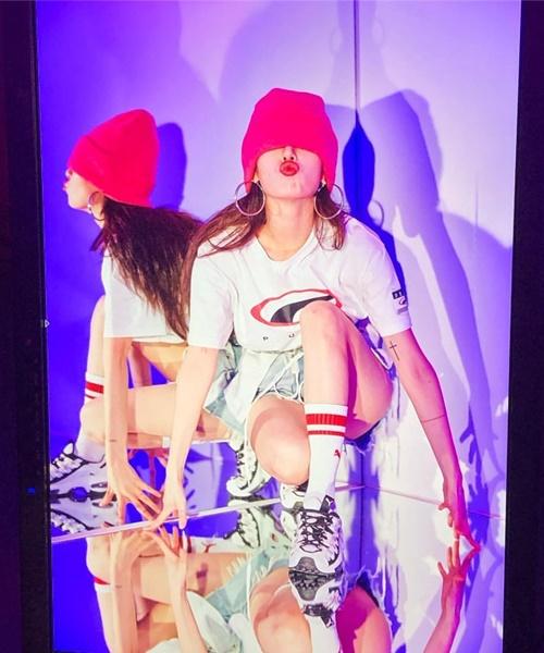 Hyun Ah kéo mũ bịt mắt, chu môi tạo dáng độc lạ khi chụp hình quảng cáo.