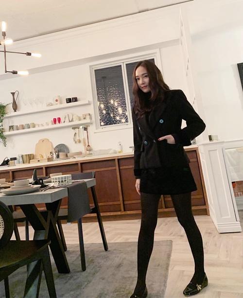 Jessica diện cả cây đen theo phong cách thanh lịch.