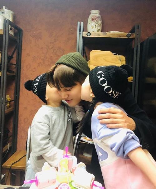 Kai (EXO) đăng ảnh được hai cháu ôm hôn đầy tình cảm.
