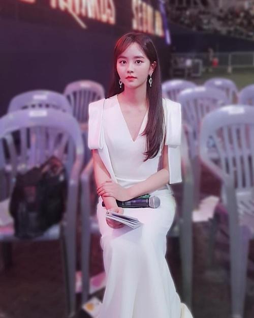 Kim So Hyun khoe vẻ đẹp trong trẻo với đầm trắng khi làm MC.