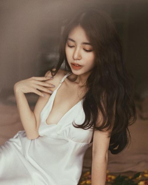 Cô nàng khoe khéo vẻ đẹp tràn đầy sức sống tuổi 22 một cách vừa phải, không phản cảm.