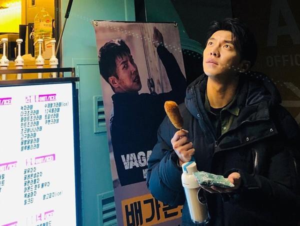 Lee Seung Gi cầm xúc xích làm biểu cảm khó tả.