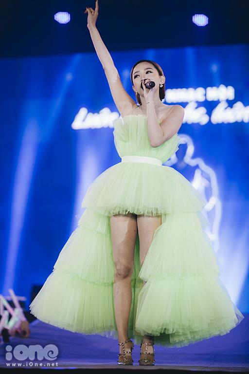 <p> Diện chiếc đầm xanh của nhà thiết kế Tăng Thành Công thực hiện, cô không khoe khéo được đôi chân thon. Nữ ca sĩ thể hiện vũ đạo gợi cảm với mashup<em> I'm in love, Có ai thương em như anh, Không ai hơn em đâu anh.</em></p>