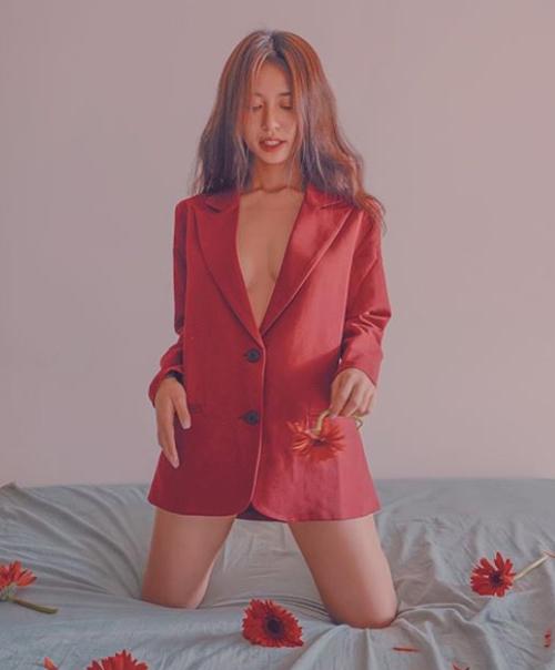 Nếu như trước đây Mẫn Tiên chỉ trung thành với các kiểu trang phục kín đáo, rộng rãi thì bây giờ cô nàng đã bạo dạn khoác lên mình những bộ cánh lả lơi, khoe vòng một không nội y.