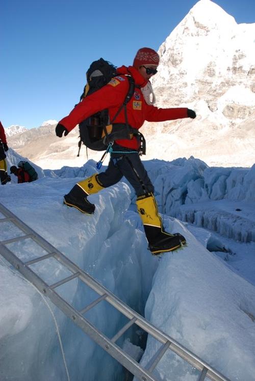 Đó là Phan Thanh Nhiên, một diễn viên nghiệp dư. Với những ai quan tâm đến thể thao cảm giác mạnh tại Việt Nam sẽ biết đến gương mặt này. Thanh Nhiên là người Việt Nam trẻ tuổi nhất chinh phục được nóc nhà thế giới đỉnh Everest vào 2008, lúc chỉ mới 23 tuổi. Câu chuyện về chuyến đi của Nhiên từng truyền cảm hứng tích cực cho giới trẻ.