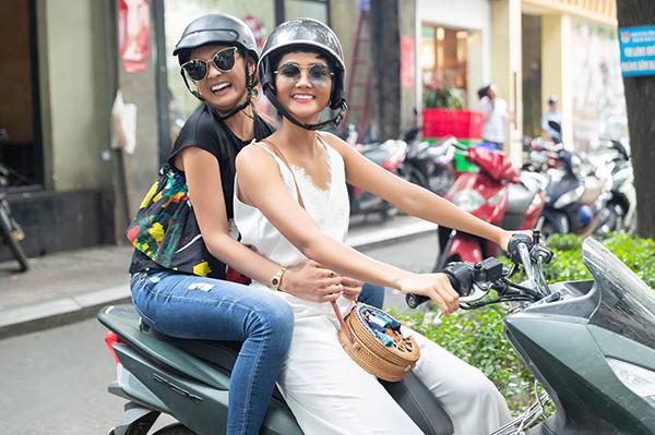 Đón Hoa hậu Nhật Bản đến thăm Việt Nam, HHen Niê gây thích thú khi đưa cô bạn ở Miss Universe 2018 đi dạo Sài Gòn bằng xe máy.