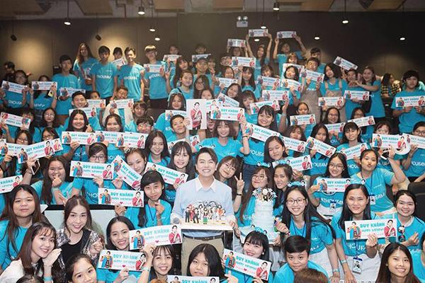 Duy Khánh hạnh phúc trước tình cảm của các fan trong ngày sinh nhật.