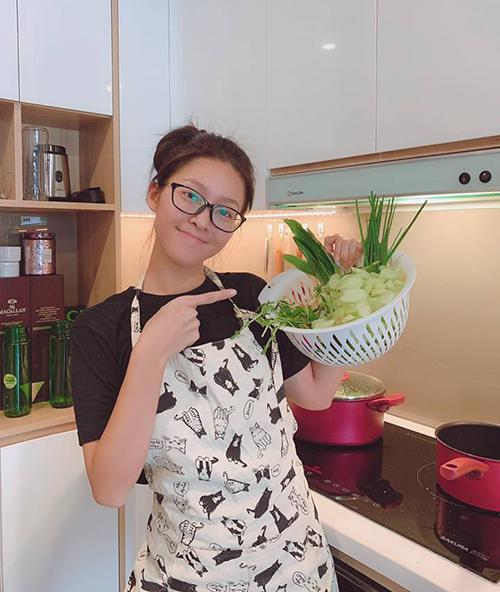 Khả Ngân không ngại khoe mặt mộc 100% dù có phần nhợt nhạt. Cô nàng tự tay vào bếp nấu nướng khi ở nhà.