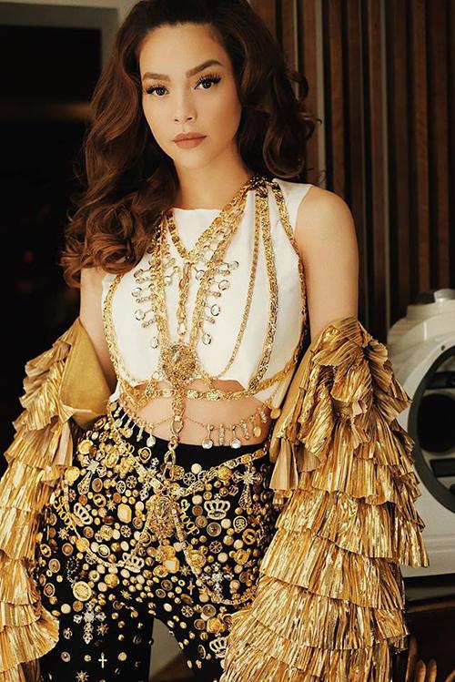 Hồ Ngọc Hà gây choáng với set đồ đính trang sức rất công phu, tỉ mỉ.