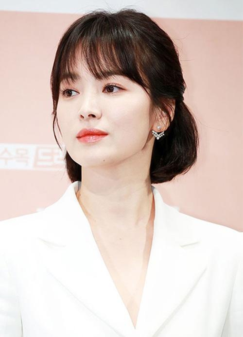 Song Hye Kyo luôn lọt top những nữ diễn viên đẹp nhất Hàn Quốc. Ngôi sao cũng có nhiều cuộc tình với những bạn diễn đình đám. Năm 2016, Song Hye Kyo gây sốt với bộ phim Hậu duệ mặt trời và bắt đầu cuộc tình với Song Joong Ki. Đám cưới của cặp đôi trở thành đề tài được quan tâm ở toàn châu Á. Năm 2018, Song Hye Kyo tái xuất với bộ phim Euncounter, diễn cùng đàn em Park Bo Gum. Nhan sắc của nữ diễn viên tiếp tục trở thành đề tài gây sốt.