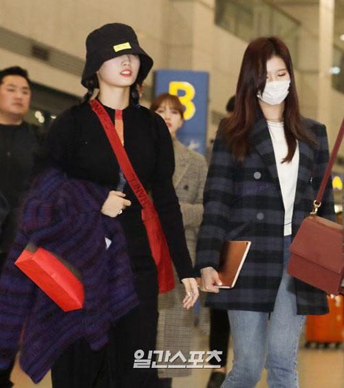 Jennie diện đồ khó hiểu, Twice có style chất lừ ở sân bay - 4