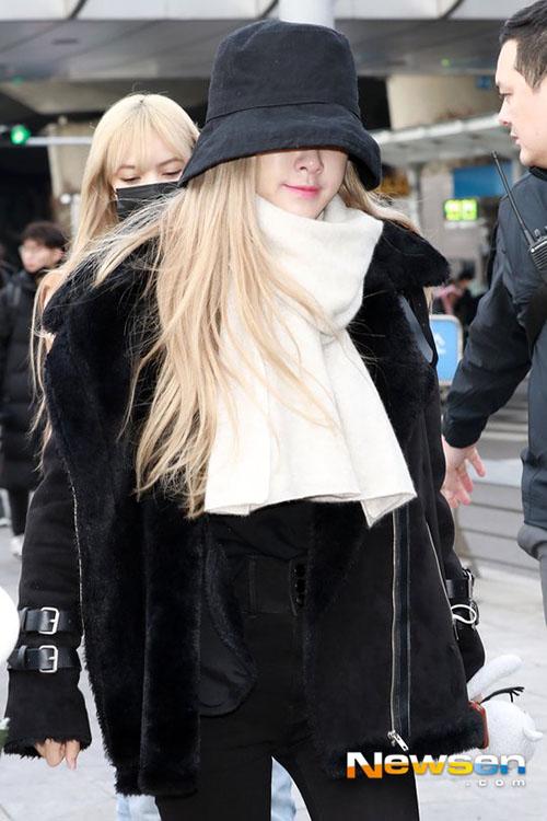 Jennie diện đồ khó hiểu, Twice có style chất lừ ở sân bay - 3