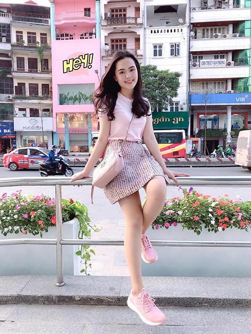 Túi xách Gucci Marmont màu hồng giá khoảng 30 triệu đồngthường được Quỳnh Anh kết hợp cùng những trang phục điệu đà, trẻ trung hơn.