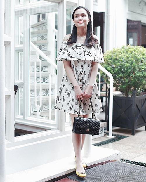 Chanel là một trong những nhãn hiệu yêu thích nhất của cô gái 22 tuổi. Quỳnh Anh sở hữu nhiều chiếc túi xách kinh điển của nhà mốt này, với giá mỗi chiếc trên dưới 100 triệu đồng.