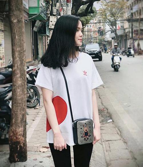 ... và túi đeo chéo nhỏ nhắn của MCM cũng được Quỳnh Anh bổ sung vào bộ sưu tập.
