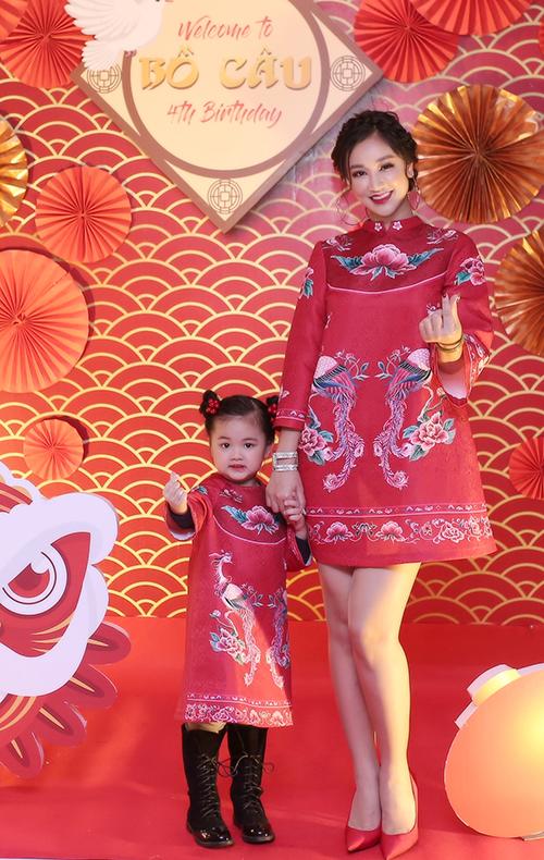 Tối 20/1, Maya tổ chức sinh nhật 4 tuổi cho con gái Bồ Câu tại một nhà hàng ở Hà Nội. Không gian buổi tiệc được Maya lựa chọn trang trí mang đậm không khí Tết. Maya cùng con gái Bồ Câu cũng lựa chọn 2 chiếc váy đôi đỏ in hoa văn Tết được lấy cảm hứng từ áo dài để phù hợp với chủ đề của buổi tiệc.