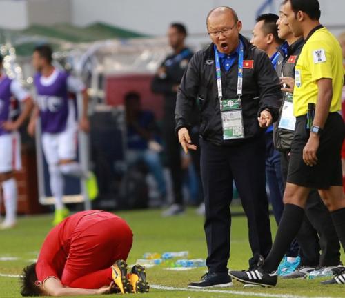 Quang Hải đau đớn sau va chạm mạnh với đối thủ.