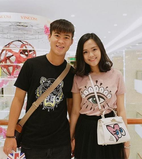 Nguyễn Quỳnh Anh là một trong những gương mặt gây chú ý trong dàn WAGs của các cầu thủ tuyển Việt Nam. Cô gái 22 tuổi sở hữu gương mặt xinh xắn, phong cách nữ tính.