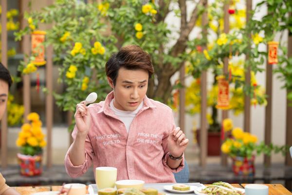 Huỳnh Lập cũng mang nỗi sợ mất dáng, nặng nề trong ngày Tết nên dù ngồi trước bàn ăn với vô vàn món ngon, anh vẫn ngập ngừng, bối rối.