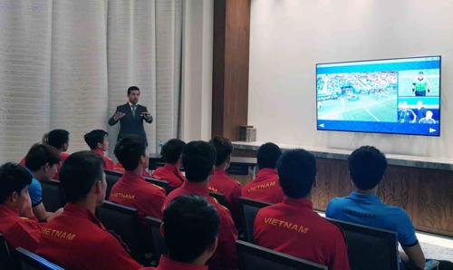 Sáng nay (22/1), đại diện Ban trọng tài của AFC đã tới khách sạn của ĐT Việt Nam để phổ biến kiến thức về công nghệ VAR (Trợ lý trọng tài Video). Ảnh: VFF