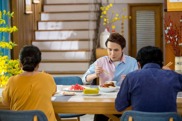 Bánh chưng, bánh tét, thịt kho hột vịt và bao món ngon ngày Tết lấp đầy cả bàn ăn khiến Huỳnh Lập bị lúng túng khi cầm đũa vì nỗi lo ăn vào ký sẽ cộng dồn.