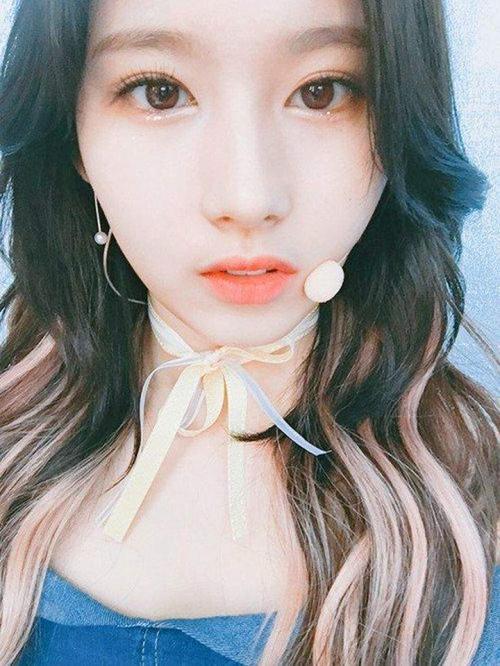 Nhiều cô nàng vẫn nghĩ rằng một kho make-up là đôi mắt phải được tô điểm cầu kì như mắt khói hay eyeliner dày sắc sảo. Tuy nhiên với những người mới bắt đầu, bạn nên trang điểm mắt với 3 tông màu gần nhau như cô nàng Sana đến từ girl group đình đám Twice.