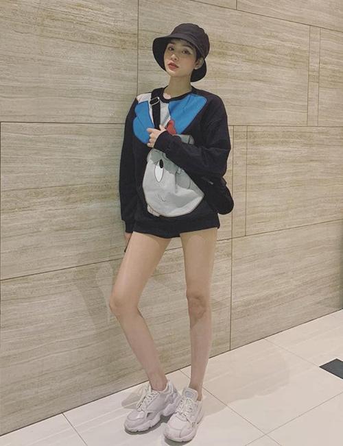 Hiền Hồ mix áo nỉ cùng quần shorts siêu ngắn tôn lên đôi chân thon dài như người mẫu. Style năng động giúp cô nàng trẻ trung hơn tuổi.