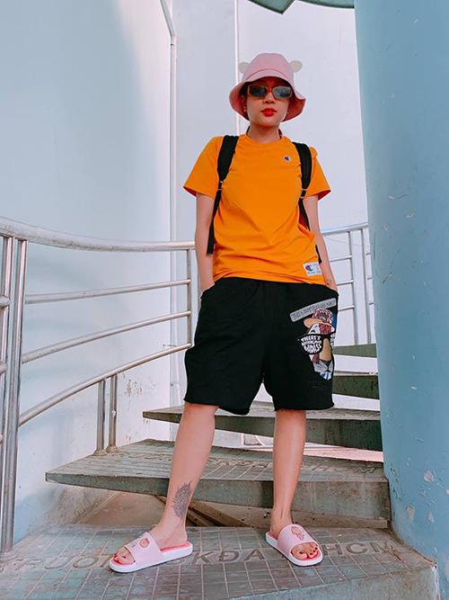 Khả Như diện style hổ báo trường mẫu giáo đi tập chương trình.