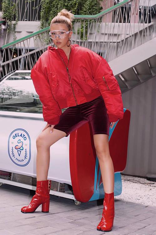 Áo phao to sụ cũng được lòng Quỳnh Anh Shyn. Tuy nhiên cô nàng tạo ra sự phá cách khi kết hợp cùng quần nhung lửng và boots đỏ rực.