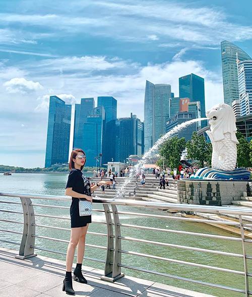 Thúy Ngân khoe dáng chuẩn trên đường phố Singapore.