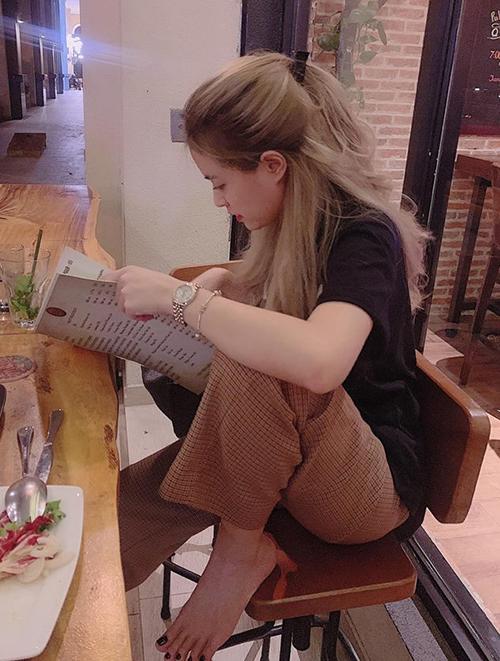 Hoàng Thùy Linh gây tranh cãi với dáng ngồi kém duyên trong nhà hàng.