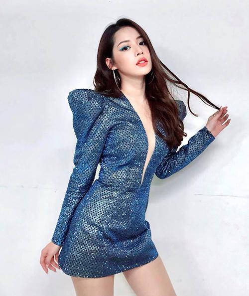 Chi Pu khoe vẻ sexy với bộ đồ diễn có kiểu dáng bắt mắt.