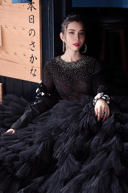 Trong chiếc váy bồng bềnh, Huỳnh Vy biến hóa thành nàng công chúa kiêu sa. Sử dụng kỹ thuật dập li để tạo ra lớp váy nhiều tầng, Huỳnh Vy toát lên vẻ nhẹ nhàng, thanh thoát.