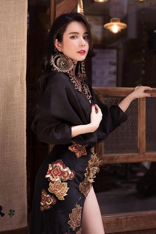 Với nhan sắc hiện đại, cá tính, Huỳnh Vy xuất hiện trong bộ ảnh đón Tết. Cô chọn trang phục mang màu sắc Á đông với 3 gam màu chủ đạo là trắng, đen và đỏ của hai NTK trẻ.
