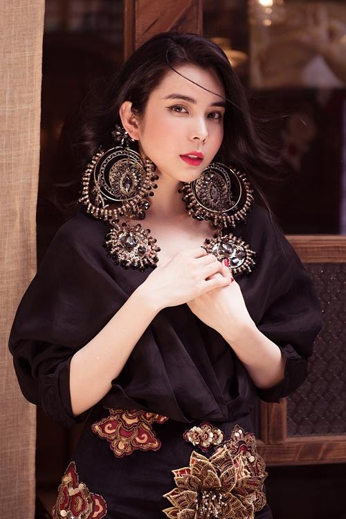 NTK Kỳ Anh mang đến bộ váy lấy cảm hứng từ hoa sen, được thêu đính tỉ mỉ trên vải nhung, kết hợp với các loại phụ kiện to.