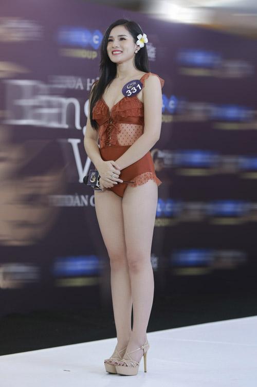 Các giám khảo khen ngợi Huyền Trang có làn da trắng, gương mặt xinh xắn, tuy nhiên vẫn còn cần cải thiện thân hình chưa thực sự thon gọn, thiếu đường cong.