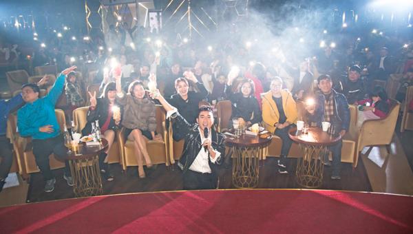Quang Hà hạnh phúc chào tuổi mớibên vòng vây fan.