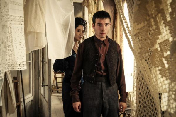 Ezra Miller trong vai Credence Barebone, một nhân vật có thân phận bí ẩn trong series Fantastic Beasts.